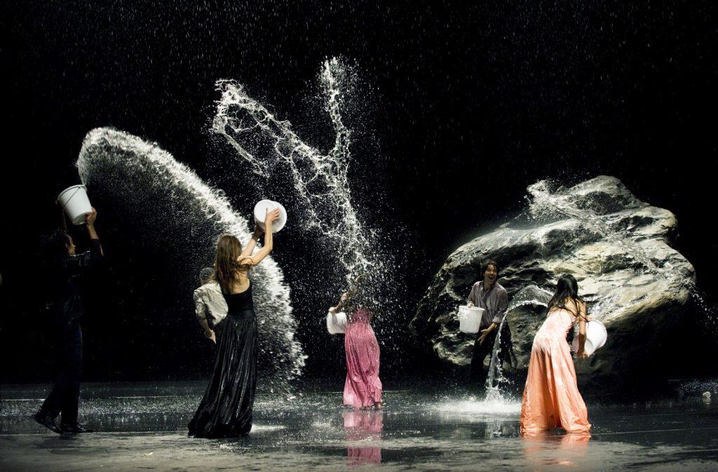 Pina Splashing Water